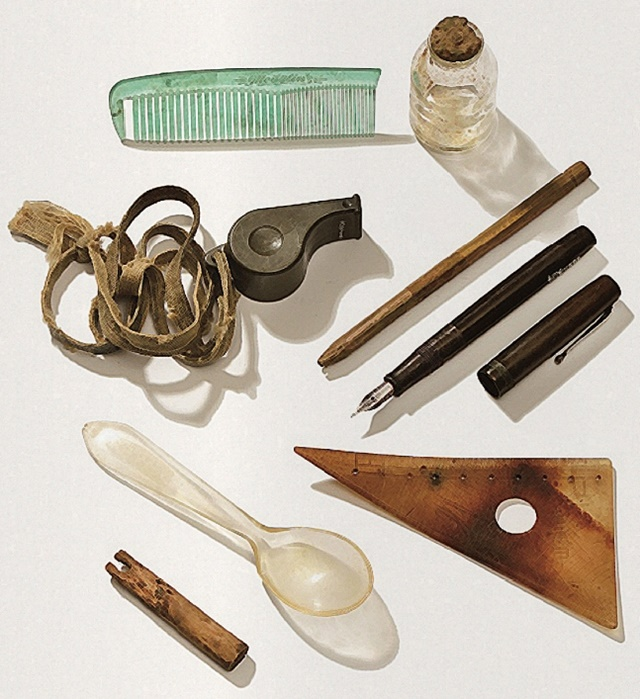 마지막 휴가 때 지니고 계셨다는 호루라기, 빗, 만년필, 몽당연필 그리고 '최승갑'이라는 이름이 선명하게 새겨진 삼각자| 국방부 유해발굴감식단.